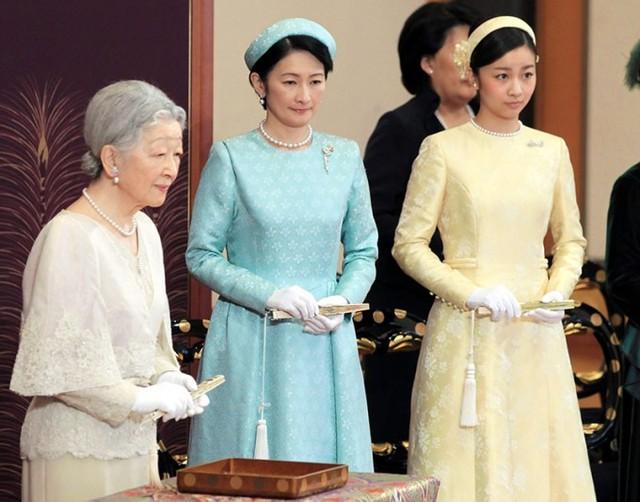 Hoàng hậu Michiko (trái) và con dâu, Công nương Kiko (giữa) cùng cháu gái, Công chúa Kako tham gia trong buổi lễ mừng năm mới ở Sảnh Matsu-no-Ma của Hoàng cung. Ảnh: Jiji.
