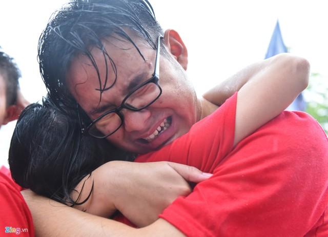 Những cô cậu học trò ôm lấy nhau khóc nức nở.