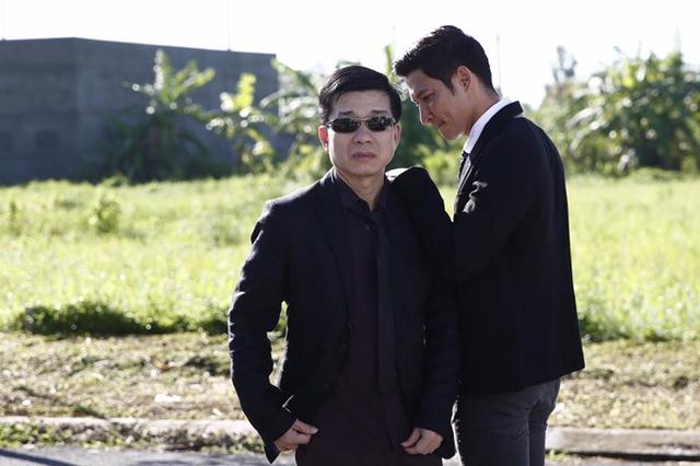 Nhiếp ảnh Đoàn Minh Tuấn ăn mặc bảnh bao, chụp ảnh cùng diễn viên Huy Khánh. Nhiều người trêu trông cả hai tạo dáng như một ban nhạc nam.