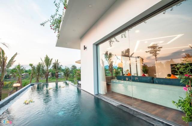 Bên ngoài tầng 2 có bể bơi ngoài trời. Bể bơi treo vừa có tác dụng làm đẹp, vừa giúp gia chủ có không gian thư giãn.