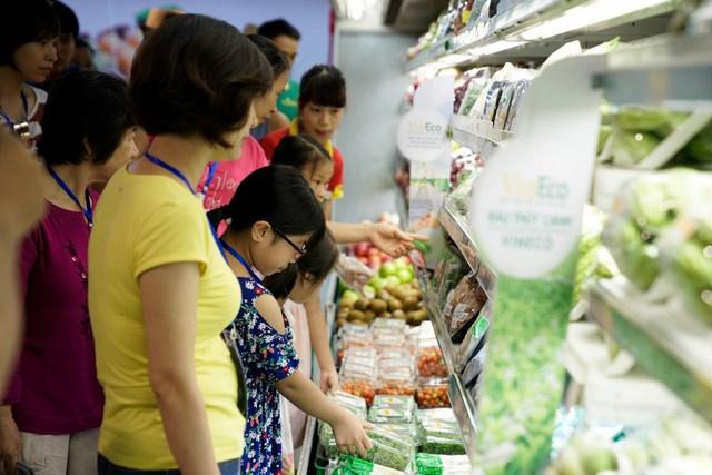 Trở lại Hà Nội, các khách hàng nhí cùng phụ huynh được vào siêu thị VinMart tham quan nơi bán rau sạch được cấp từ chính nông trường trồng rau khổng lồ mà mình vừa ghé thăm tại Tam Đảo.
