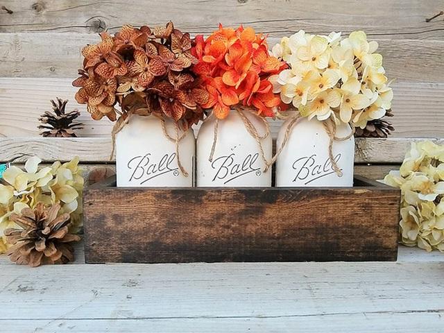 9. Hoặc để tránh gây lộn xộn trên bàn ăn, bạn có thể xếp những lọ hoa này vào trong một khay gỗ rồi đặt ở giữa bàn.