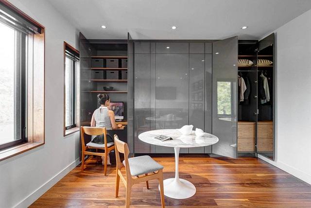 Một góc làm việc nhỏ được kết hợp đan xen với tủ quần áo khá đặc biệt. Ngay tại không gian này chủ nhân ngôi nhà còn bố trí thêm một bàn uống trà nhỏ nữa.