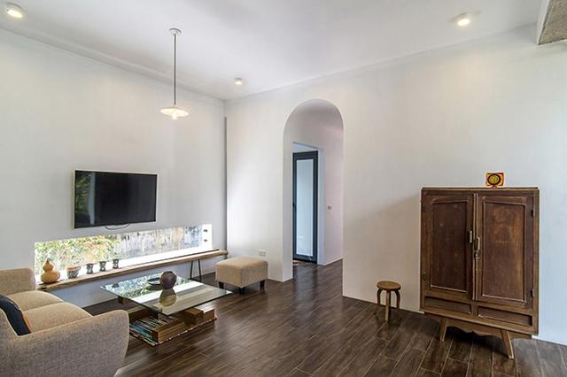 Công trình được xây dựng theo phong cách tối giản, đẹp tinh tế mà không quá cầu kì. Không gian bên trong nhà đơn giản nhưng đầy đủ tiện nghi.