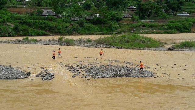 Cơ quan chức năng tìm thi thể bà Tòng Thị Dơm, sinh năm 1973 bản Mường 1, xã Mường Kim bị mất tích