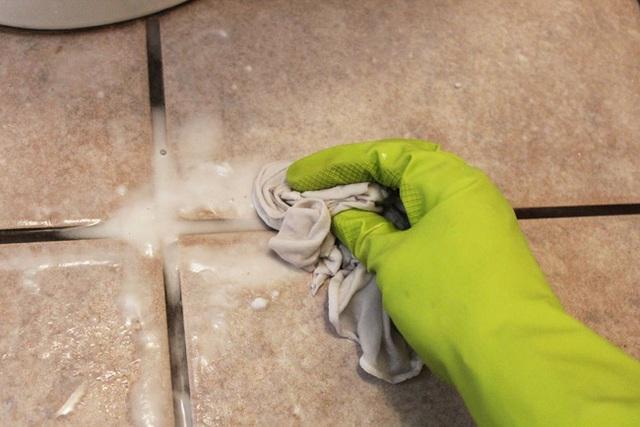 Sau đó dùng khăn sạch ẩm để lau hết chỗ bọt này.