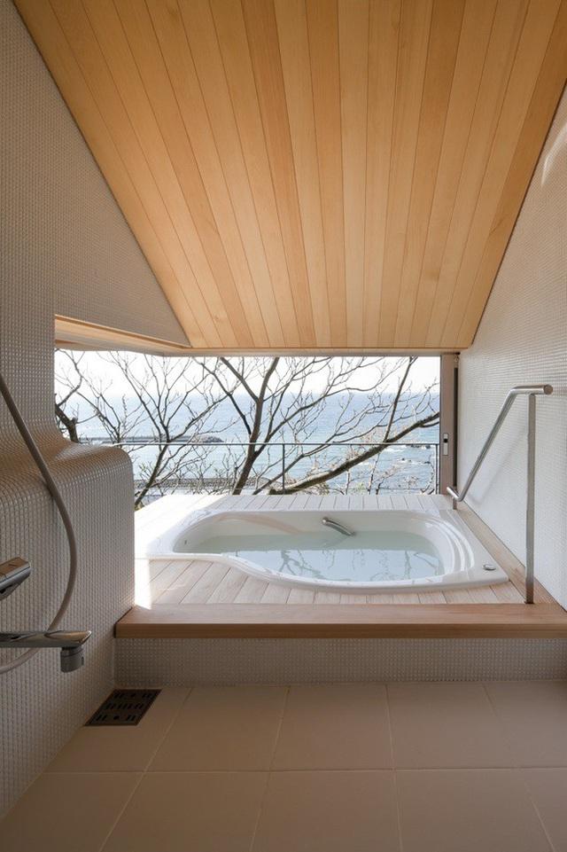 Nằm trên một vách đá nhìn ra đại dương, ngôi nhà này ở Yokosuka Kanagawa, Nhật Bản có bầu không khí thanh bình, gợi nhớ không gian ở spa. Căn nhà được pha trộn hoàn hảo giữa yếu tố hiện đại và truyền thống. Thư giãn trong bồn tắm này, bạn sẽ cảm thấy như mang cả đại dương vào căn nhà mình.