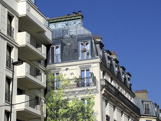 Khu phố trở nên xanh tươi trong ảo giác nhờ nét vẽ sinh động như thật của họa sĩ.