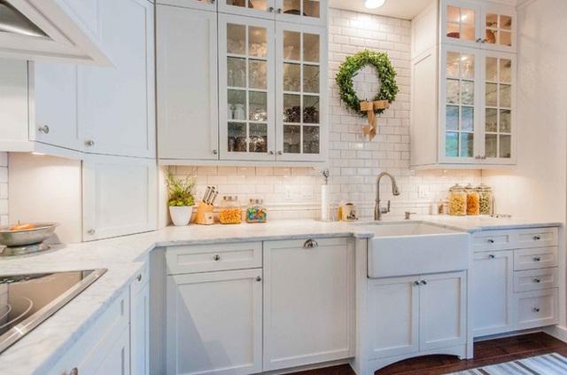 Các cửa tủ bằng kính nhân tạo làm tăng thêm sự quyến rũ và kết cấu trang trí.