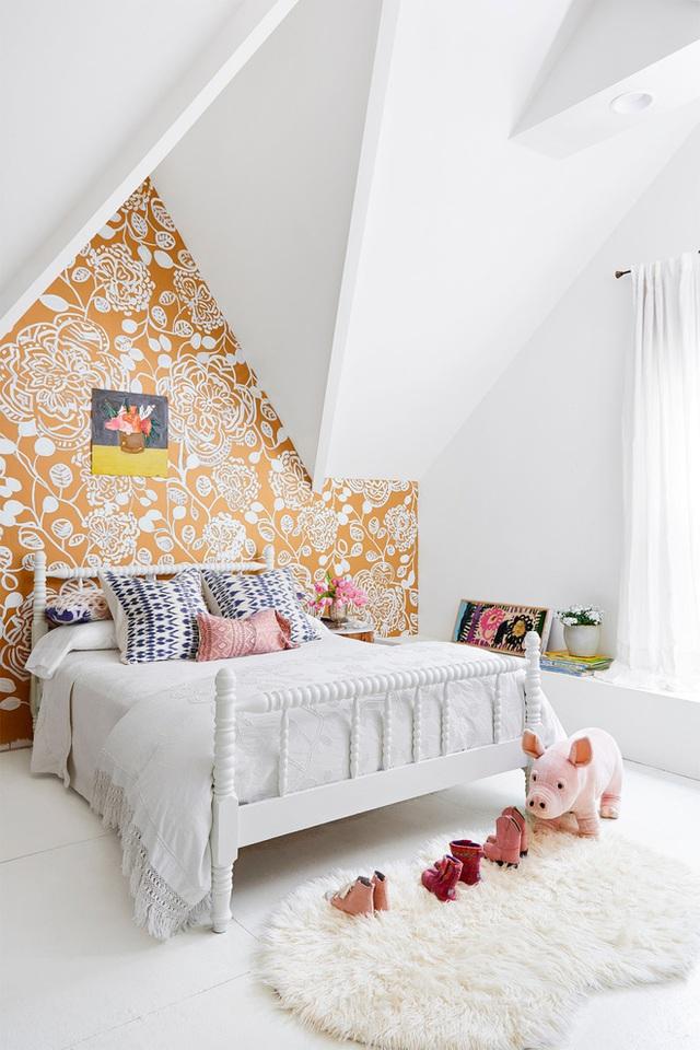 Không gian phòng ngủ nhỏ dành cho cô công chúa út được thiết kế với nền màu trắng. Điểm nhấn với giấy dán tường dành cho một bức tường, mang lại vẻ đẹp bình yên, đáng yêu cho không gian nhỏ.