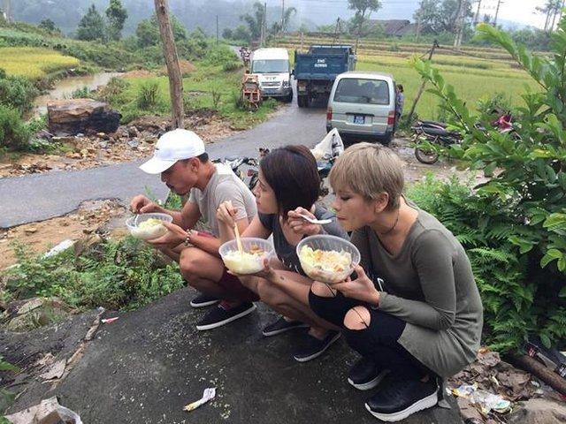 Dáng ngồi rất duyên với bữa cơm đạm bạc của Tùng còi, người yêu Lê Thành -Quyên và Hương phố.