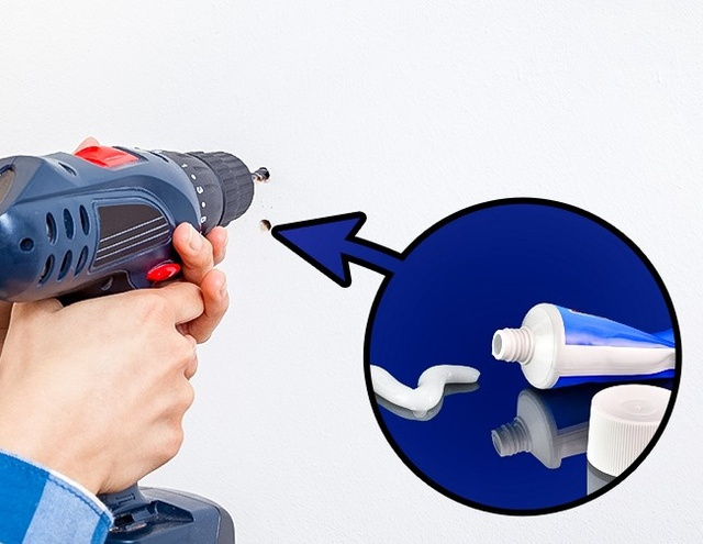 10. Các lỗ khoan trên tường có thể tàng hình bởi kem đánh răng. Đơn giản là bạn hãy lấy 1 chút kem đánh răng và bít vào lỗ khoan tường bị lỗi, tất cả sẽ như chưa có chuyện gì xảy ra.