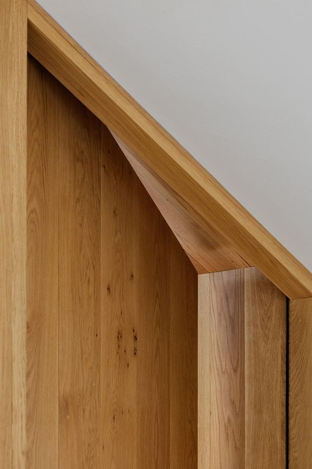 Nhìn kĩ hơn vào các vân gỗ của nội thất ta còn cảm nhận được cả nét đẹp đương đại trong đó nữa.