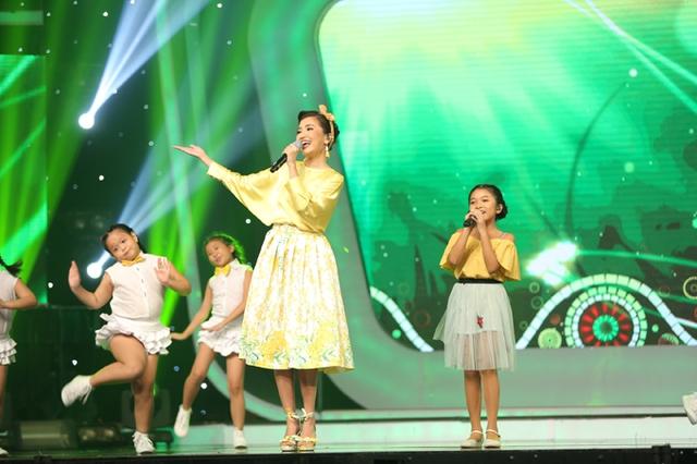 Ở phần song ca cùng giám khảo, Thu Uyên nhí nhảnh bên Bích Phương trong bài Bao giờ hết hè.