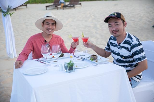 Hai nghệ sĩ còn được mời thưởng thức một bàn tiệc BBQ hải sản mang phong cách châu Âu do đầu bếp của resort 5 sao chế biến. Kiều Minh Tuấn và Tiến Luật đã cùng nhau có một bữa tiệc lãng mạn cạnh bờ biển Ghềnh Ráng, nhâm nhi ly cocktail và ăn những món hải sản thượng hạng.