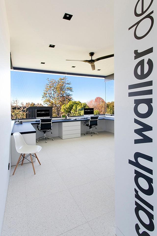 11. Thiết kế khung cửa sổ bằng kính cỡ lớn mang đến một không gian làm việc, học tập luôn ngập tràn ánh sáng tự nhiên.