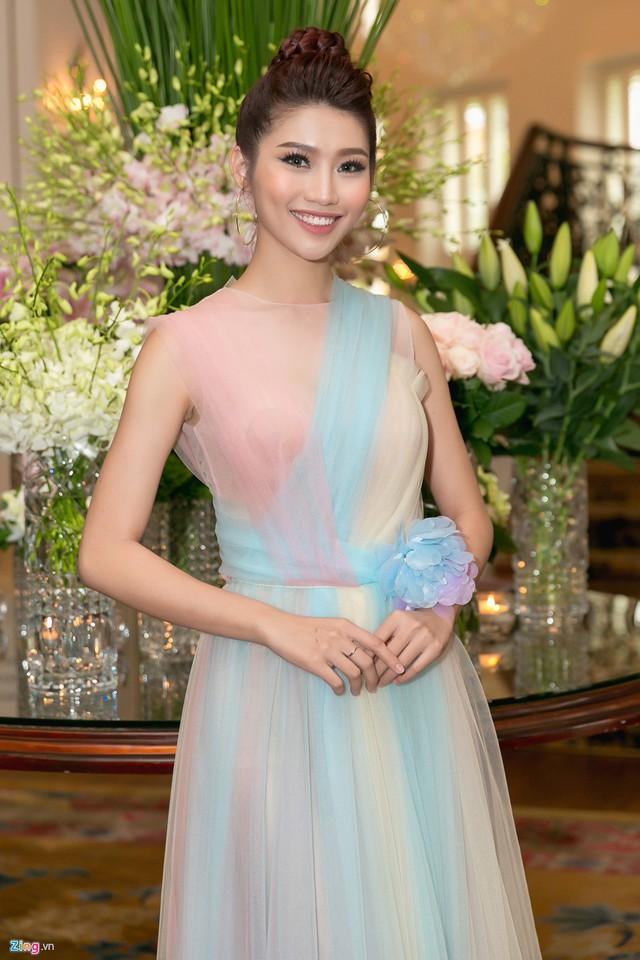 Người mẫu Chế Nguyễn Quỳnh Châu từng tham gia hai cuộc thi sắc đẹp trong nước. Cô có mặt trong top 15 Hoa hậu Hoàn vũ Việt Nam 2015 và top 5 Hoa khôi Áo dài 2016.