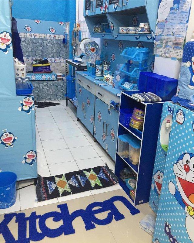Từ thảm chùi chân, cánh tủ, khăn lau,... cho đến cả bếp gas, không có thứ gì là không có màu xanh và hình Doraemon.