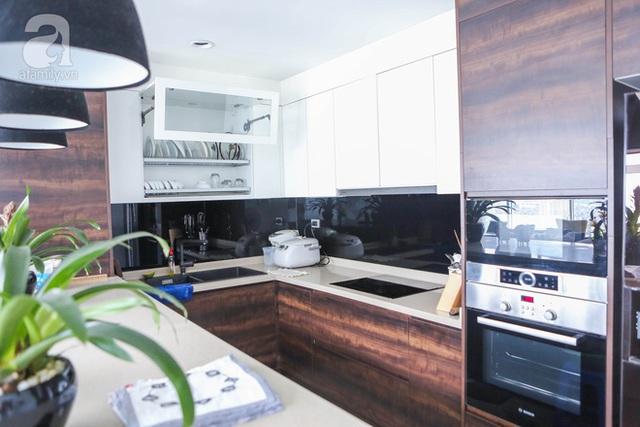Khu bếp chữ L với những món nội thất hiện đại giúp không gian bếp không quá rộng nhưng vẫn đẹp mắt và đầy đủ tiện nghi.