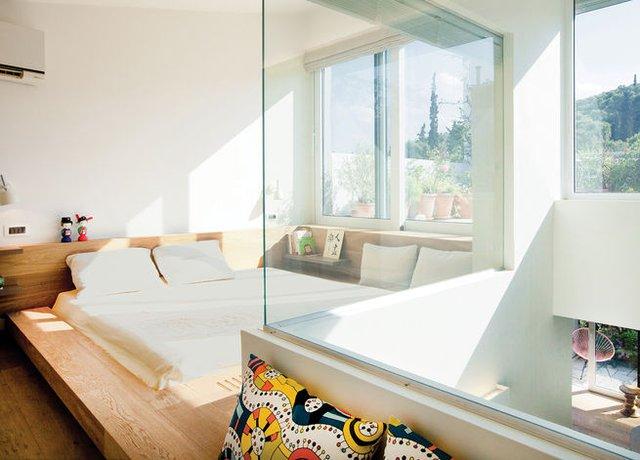 11. Chiếc giường đưa ra ngay gần cửa sổ, liền đó là hệ dock gỗ để ngồi ngắm cảnh, đọc sách. Bạn còn muốn gì hơn cho phòng ngủ của mình nào!