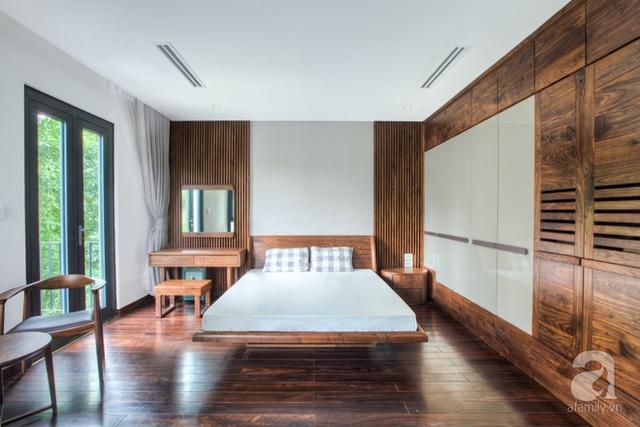 Diện tích rộng và hướng nhìn đẹp, thoáng ra bên ngoài là điểm cộng của căn phòng.