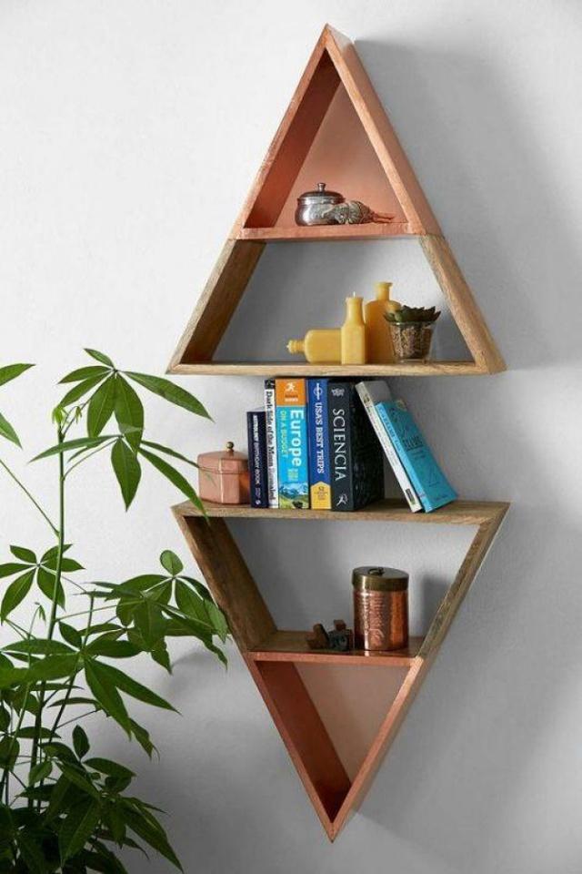 10. Kệ tam giác đơn giản, được đặt đối xứng chuẩn xác sẽ tạo hiệu ứng đối lập vô cùng ấn tượng. Đặt những đồ vật bạn muốn lên chiếc kệ này và khách đến nhà sẽ chẳng thể rời mắt được khỏi chiếc kệ tam giác của nhà bạn.