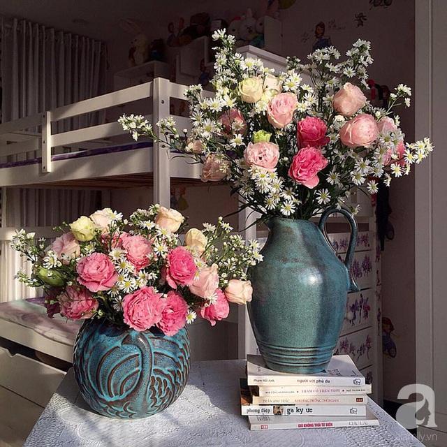 Chị Lam không quên cắm hoa tươi cho phòng của con.