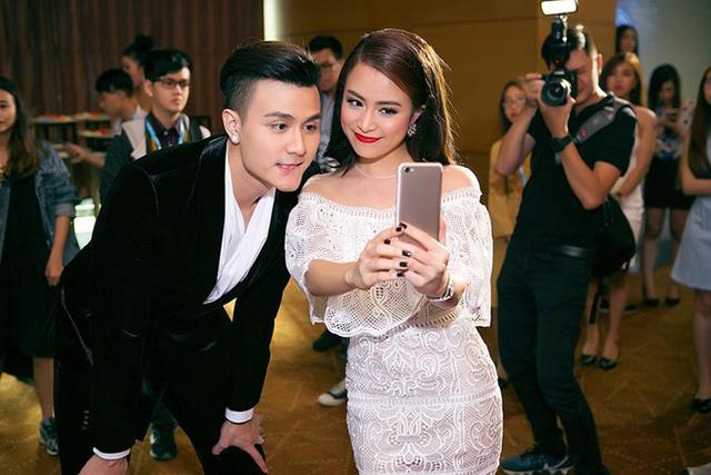 Năm 2017 đánh dấu 10 năm vươn lên sau scandal của Hoàng Thùy Linh. Bên cạnh cô là người bạn trai - siêu mẫu Vĩnh Thụy .