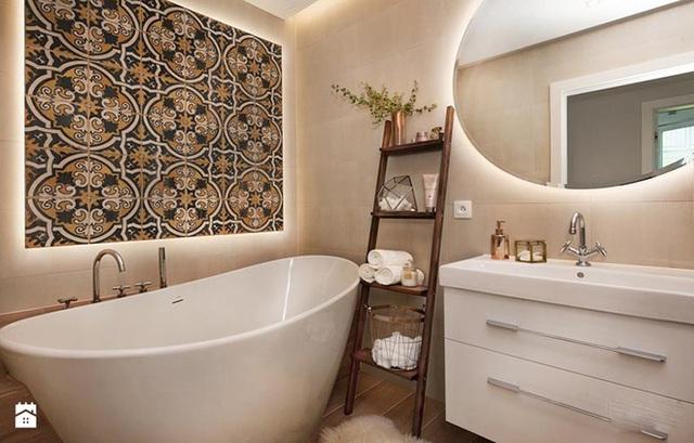 Hệ thống đèn led âm bên dưới gương và mảng tường gạch bông khiến căn phòng tắm trông vô cùng ấn tượng.