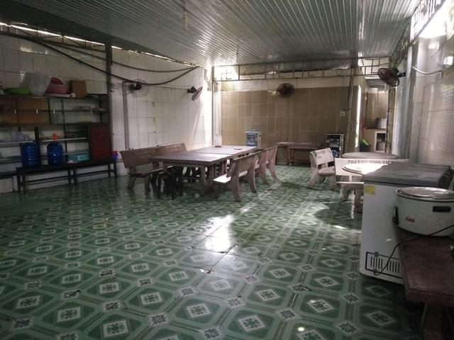 Phòng ăn được dọn dẹp một cách sạch sẽ.