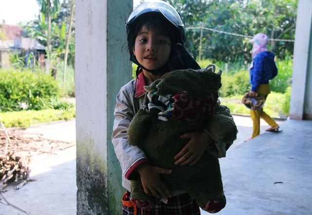 Với 2 cô bé bị thiểu năng này, chú gấu bông cũ kỹ kia chính là bố của mình...!