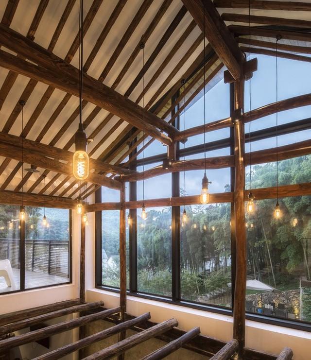 Hệ thống gỗ chắc chắn bên trong khiến ngôi nhà vừa có dáng vẻ hiện đại, vừa không mất đi nét truyền thống vốn có.