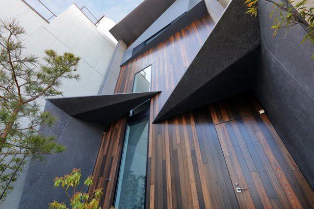 Toàn bộ mặt phía bắc của ngôi nhà được làm bằng kính trong suốt khung thép chắc chắn, mang lại tầm nhìn tuyệt vời ra con sông phía sau nhà.