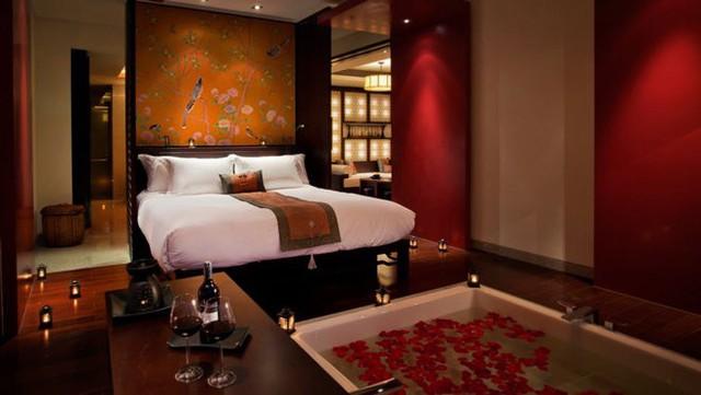 Với thiết kế Á Đông, màu đỏ càng được sử dụng nhiều hơn. Với sắc màu khó chiều này, hãy nhớ nguyên tắc 4Đ: Đều đặn - điều độ. Bởi thiết kế phòng ngủ màu đỏ chính là cuộc chơi của màu sắc và ánh sáng.