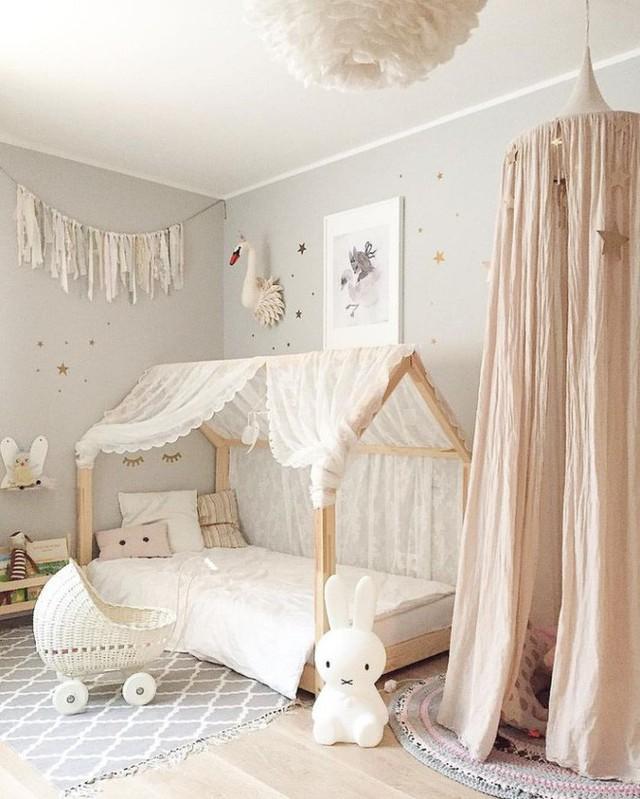 Một túp lều nho nhỏ từ màn chụp cùng tông với màu nền của căn phòng. Trải tấm thảm xinh xắn phía dưới, thêm một vài chú thú bông và gối tựa, vài cuốn sách mà bé thích đọc. Không gian riêng tư của bé bỗng trở nên ấn tượng và đáng yêu hơn.