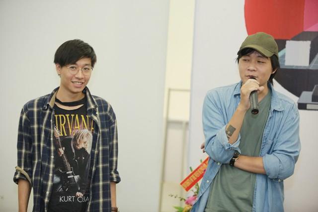 Đinh Trọng Thắng (trái), giọng ca chính của ban nhạc Ngọt và anh trai cùng trình diễn một số nhạc phẩm quốc tế gắn liền với thế hệ sinh năm 1987.