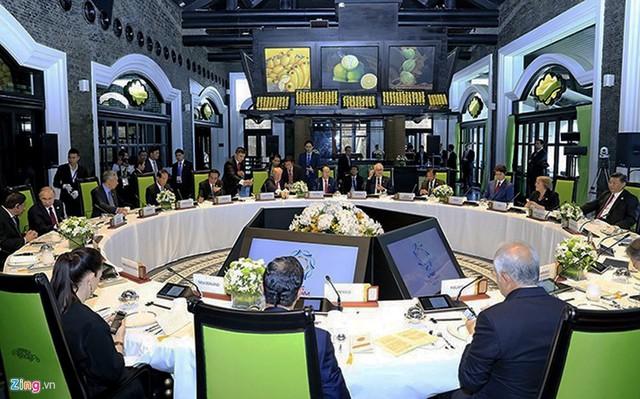 Các vị lãnh đạo vừa ăn trưa vừa làm việc ở nhà hàng
