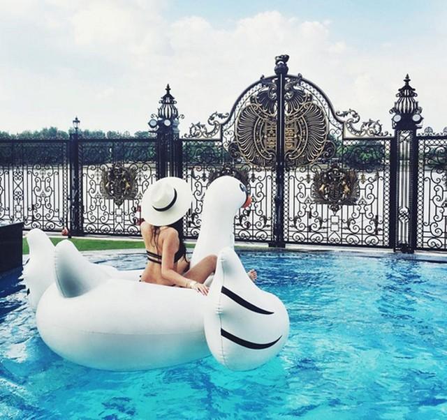 Bể bơi rộng.