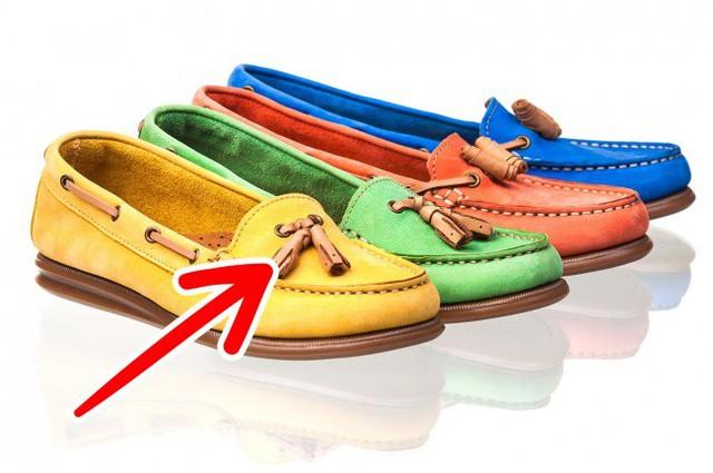 Tveranger đã quyết định kết hợp đôi giày của ngư dân và giày dép Ấn Độ và tạo ra giày lười. Các tua sớm mất đi tác dụng thực tế của nó và trở thành một phụ kiện trang trí.
