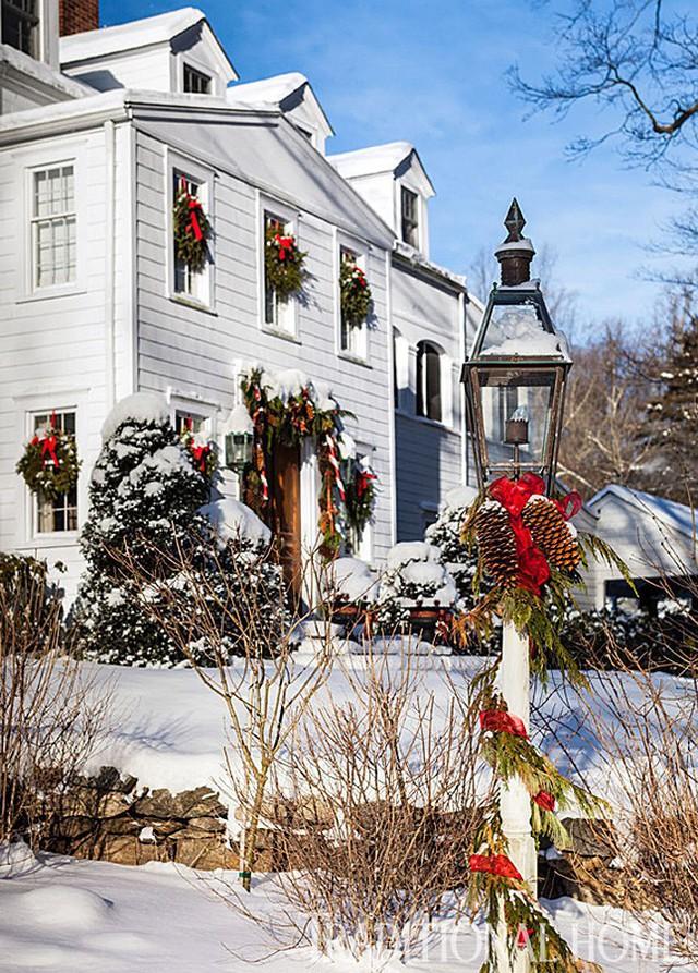 Ánh mặt trời ấm áp cùng với các họa tiết trang trí Noel hoàn toàn xua tan không khí giá lạnh mà lớp tuyết dày mang lại cho ngôi nhà truyền thống kiểu Anh.