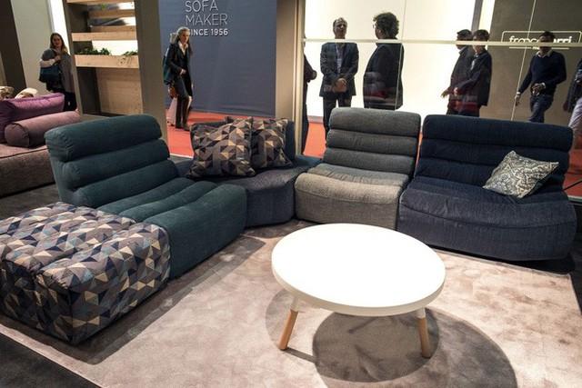 Chọn sofa với những gam màu đối lập. Không cần trang trí nhiều, chỉ cần đặt sofa nhiều màu xen kẽ nhau là đủ để có được không gian đẹp sang trọng và bình yên.