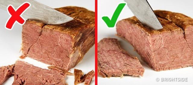 Với thịt nướng, đầu bếp thường cắt dọc thớ để tránh làm thịt bị vụn. Nếu cắt ngang thớ, thịt sẽ bị nát ra thành nhiều miếng, trông sẽ không được đẹp mắt.