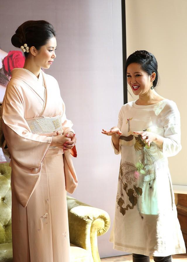 Hồng Nhung trò chuyện thoải mái và thân thiện cùng Hoa hậu Riyo Mori. Người đẹp đến từ Nhật khen họa tiết con công độc đáo trên áo dài của Hồng Nhung.
