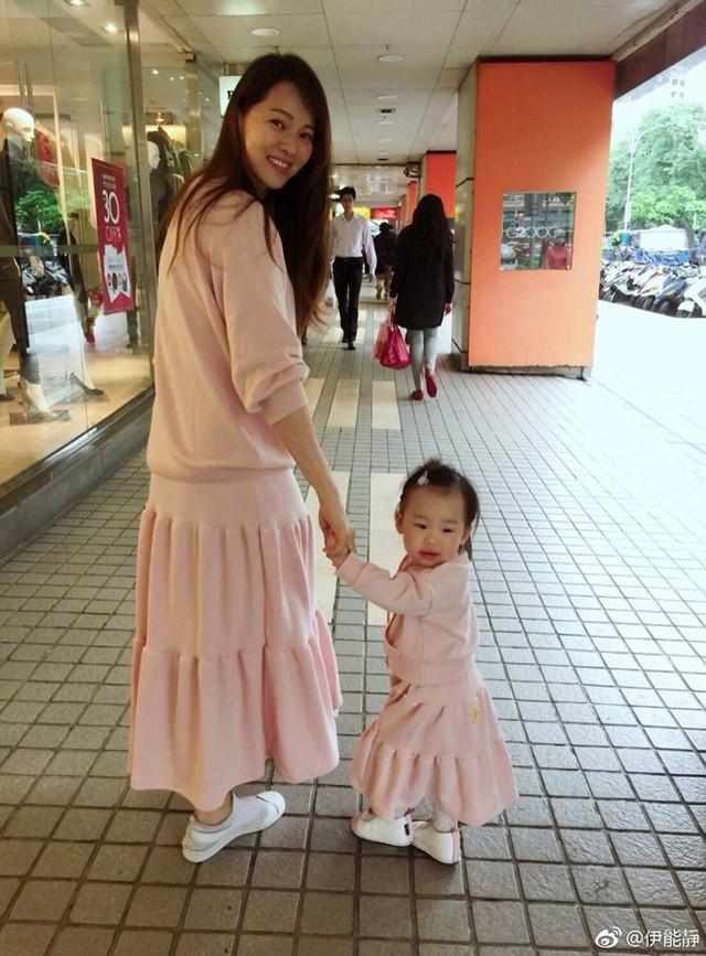 Dù giờ đây tên tuổi không còn được như xưa song Y Năng Tịnh rất hài lòng với cuộc sống của mình. Với cô, gia đình là điều quan trọng nhất.