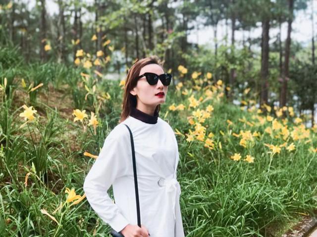 Hai vợ chồng chọn nghỉ tại khu nghỉ Terracotta nằm bên hồ Tuyền Lâm, bao quanh bởi rừng thông lãng mạn. Đây là điểm đến phù hợp với các gia đình hoặc các cặp đôi do không gian lãng mạn, biệt lập, thoáng đãng, mát mẻ.