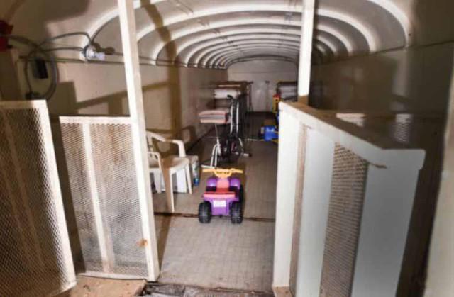 Không chỉ dừng lại ở việc cung cấp những nhu cầu thiết yếu thông thường, chiếc hầm này còn được trang bị cả hệ thống giếng khoan cấp nước sạch, máy phát điện có khả năng cấp điện cho toàn bộ căn hầm trong vòng 3 tháng cùng hệ thống truyền thanh có thể truyền tin đi khắp Canada và Mỹ.