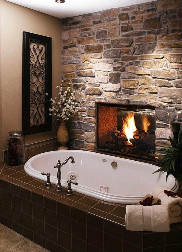 Ngâm mình trong bồn nước nóng với sự ấm áp từ chiếc lò sưởi quả là một thú vui tao nhã và sự thư giãn tuyệt đối cho những ngày đông lạnh giá.