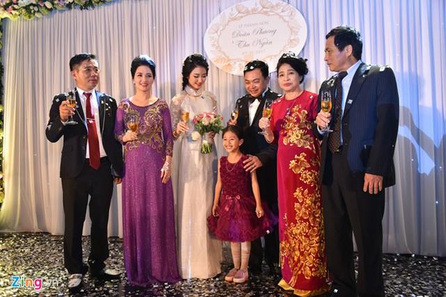 Cô dâu, chú rể và bậc thân sinh hai bên chuẩn bị chúc rượu khách mời. Buổi tiệc ấm cúng nên không có nghi lễ cắt bánh, rót rượu cưới.