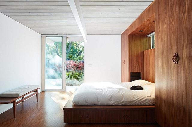 Tường gỗ, giường ngủ bằng gỗ, ghế gỗ, sàn nhà bằng gỗ. Còn chỗ nào không phải được làm bằng gỗ nữa.