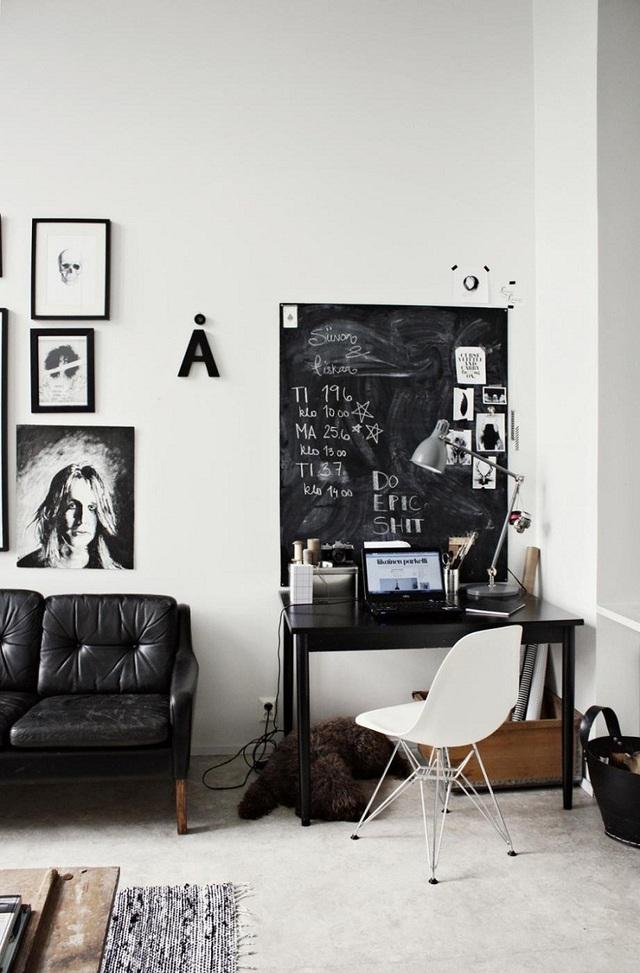 Tấm bảng đen cũng có thể được xem như phụ kiện trang trí cho góc làm việc khi bạn có thể trang trí chúng tùy ý, viết lại vài câu slogan tâm đắc trên đó.